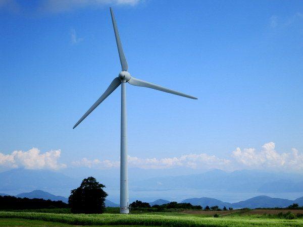 畑と風車の向こうに猪苗代湖