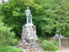 十六橋のとなりは安積疎水の技術指導をしたファンドールンの像