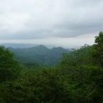 下りの峠道から会津盆地を望む