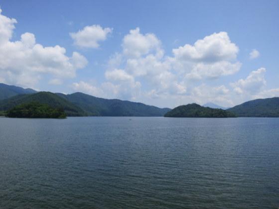 桧原湖。右1/4奥に磐梯山