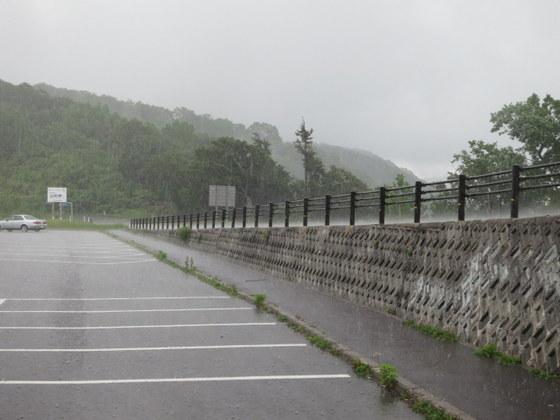 白布峠は土砂降り