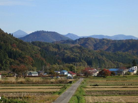 左奥に磐梯山
