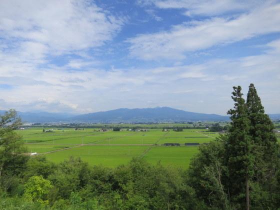 会津盆地と雄国山麓の奥に磐梯山頂(喜多方市慶徳から)