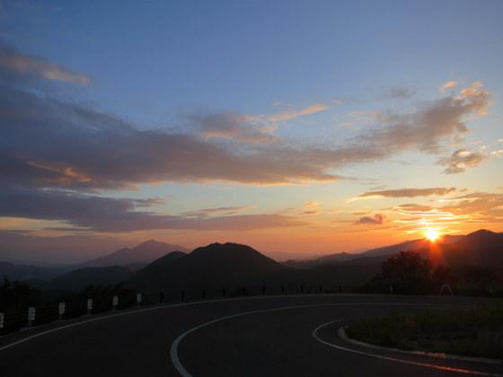 左奥に磐梯山、飯豊方面に日が沈む(土湯峠から)