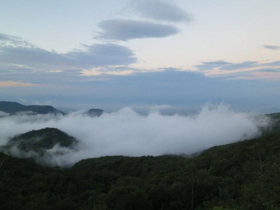 土湯峠を越えると雲の向こうに福島盆地と信夫山が見えた
