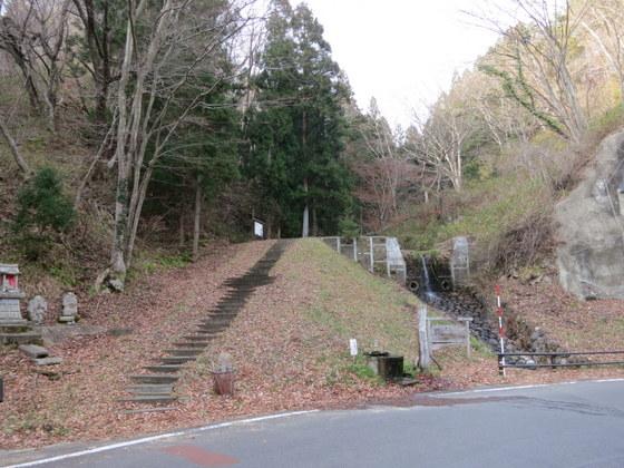 小坂峠への登り口。下に清水が湧いている。