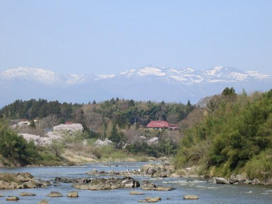 阿武隈川と安達太良山と桜