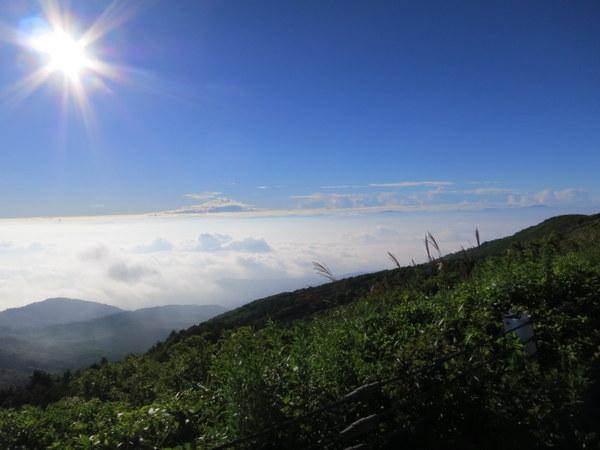 福島市は雲の下。標高1300m以上は晴れ。