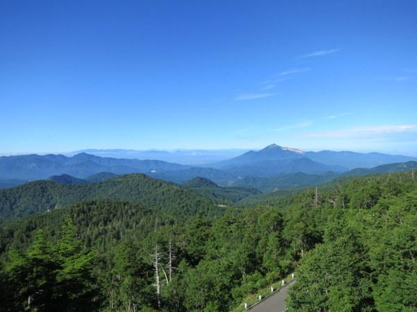 下り始めると遠くに磐梯山と猪苗代湖が見える