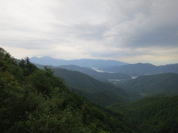 白布峠から桧原湖と磐梯山。このときだけ雨がやんだ。