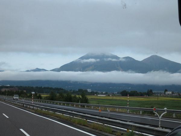 磐梯山にかかる帯雲を見ながら高速バスで輪行